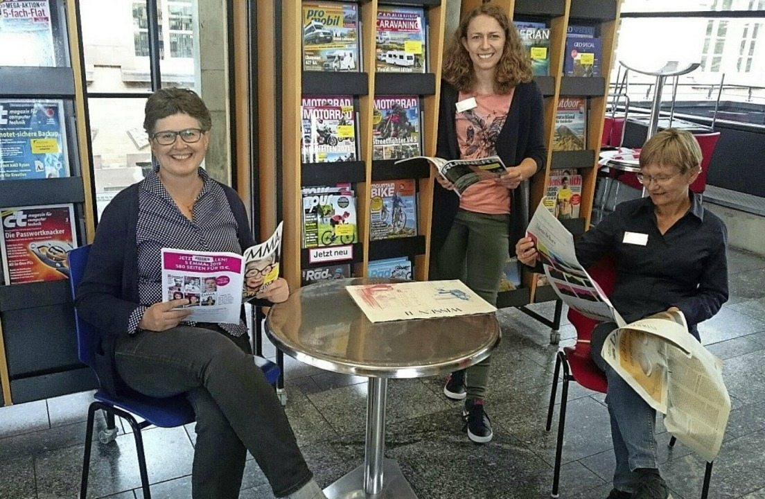 Carmen Lötsch, Malena Kimmig und Bärbe...r Bibliothek jetzt wieder möglich ist.  | Foto: Susanne Ramm-Weber