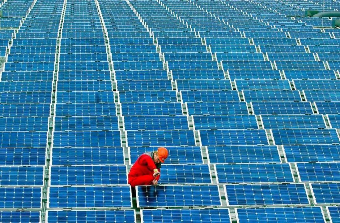 Montage von Solarmodulen auf einem Dach (Symbolbild).  | Foto: dpa