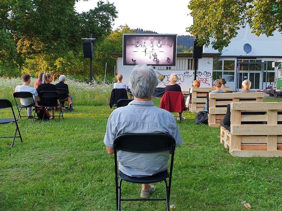 Abstand halten: Beim Open Air des FBO neben dem Ensemblehaus  | Foto: Alexander Dick