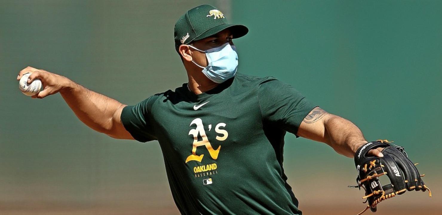 Ein Spieler der Oakland Athletics trägt beim Training eine Schutzmaske.    Foto: EZRA SHAW (AFP)
