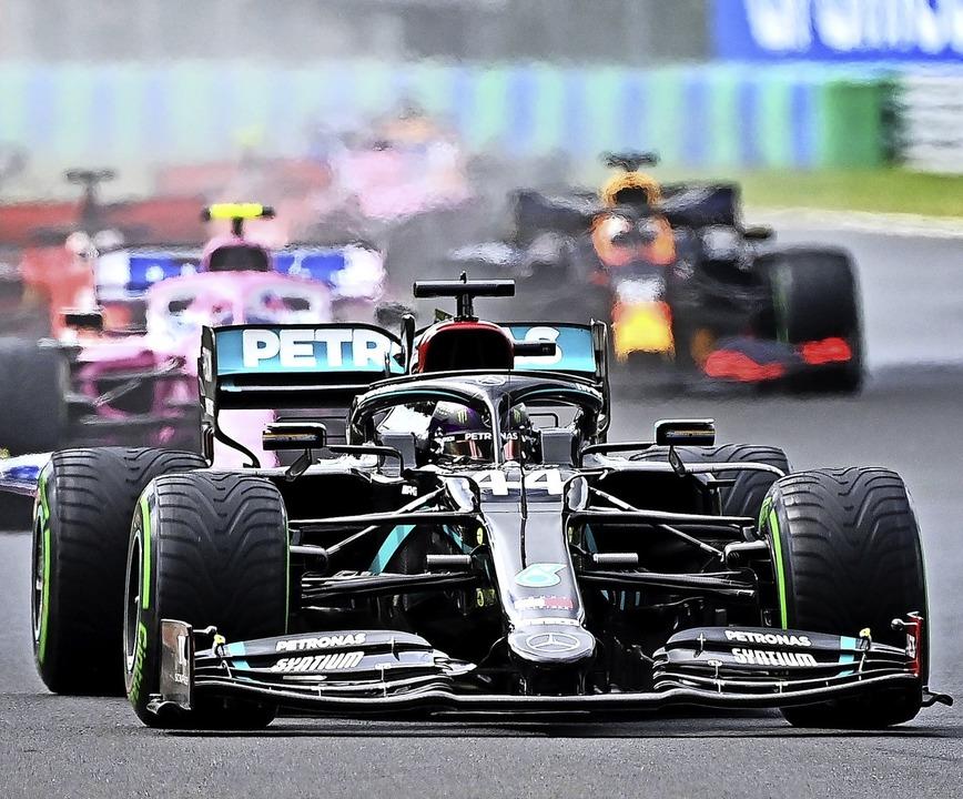 Lewis Hamilton gibt vom Start weg den Ton an.   | Foto: JOE KLAMAR (AFP)