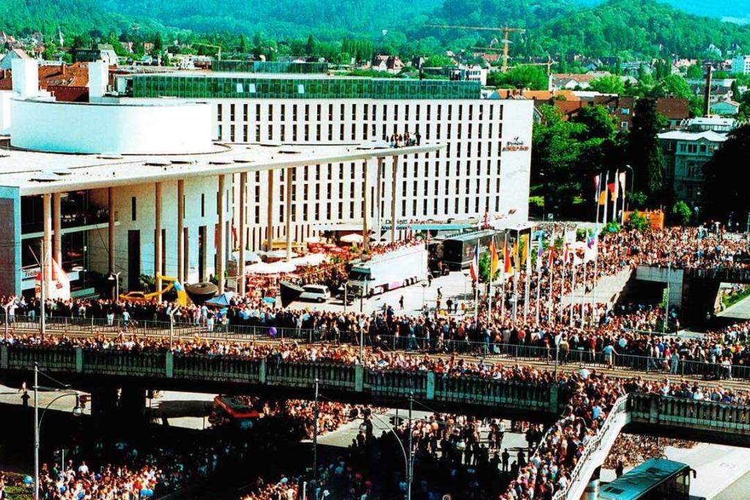 Tausende von Menschen erwarteten am 20... die Ankunft des Pelotons in Freiburg.    Foto: Albert Josef Schmidt