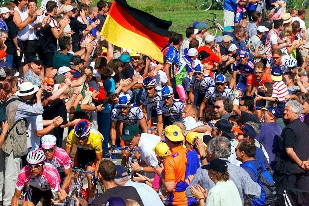 Die Tour rollt auf dem Weg nach Freibu... säumten in ganz Südbaden die Straßen.    Foto: Gero Breloer