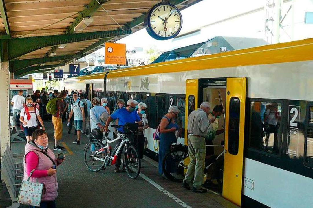 Schon beim Einsteigen kommen sich viele Fahrgäste nahe.  | Foto: Nina Herrmann