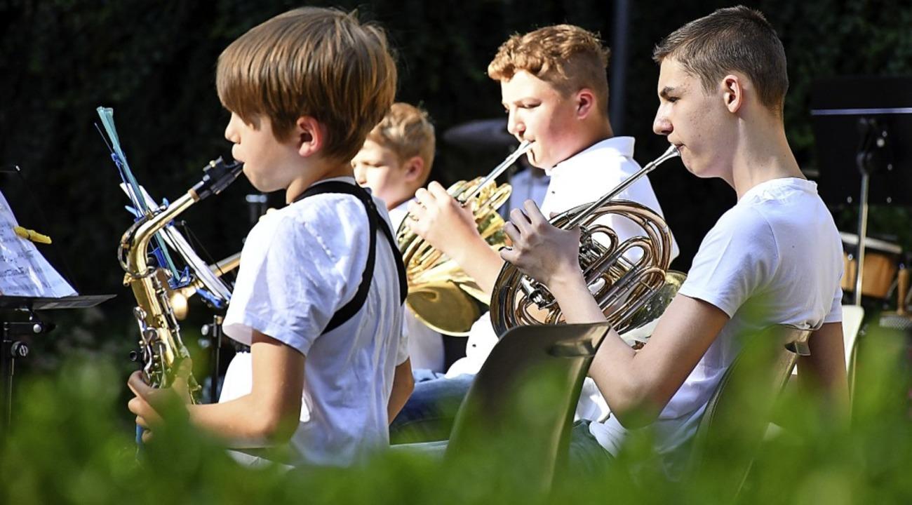 Die Orchesterteenies spielen mit.  | Foto: Barbara Ruda