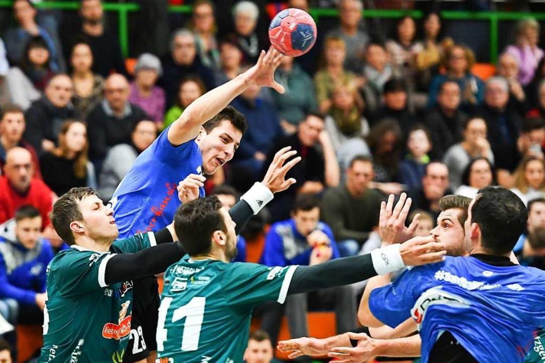 Umkämpfte Duell zwischen der Handball-...un  in der Südgruppe der Südbadenliga.  | Foto: Achim Keller