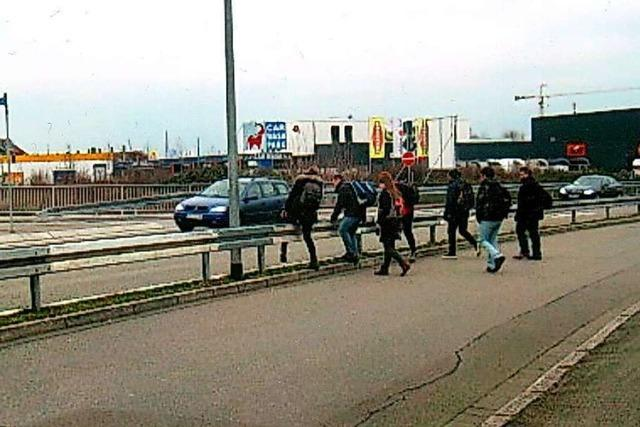 Google lotst Fußgänger in Freiburg über die B3