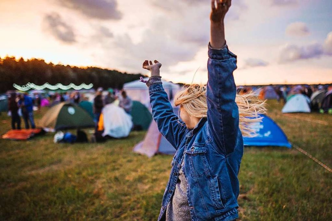 Tanzen, feiern, glücklich sein? Das müssen wir diesen Sommer Zuhause sein.  | Foto: Krists Luhaers (Unsplash.com)