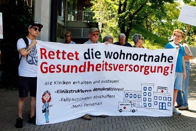 Demonstranten gegen die Klinikreform von Minister Lucha: