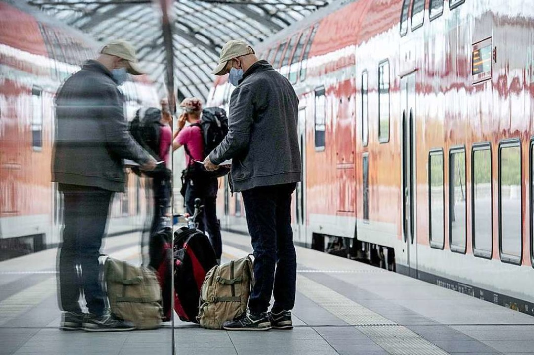 Die Maske ist bei Fahrten mit der Bahn verpflichtend.  | Foto: Paul Zinken (dpa)