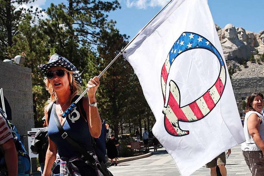 Eine QAnon-Anhängerin in Keystone, South Dakota.  | Foto: SCOTT OLSON (AFP)
