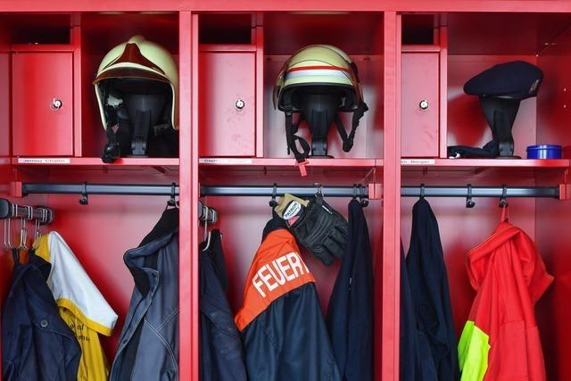 Zwei Feuerwehrmänner fahren zum Einsatz und krachen mit dem Auto zusammen