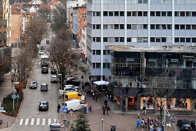 Frau beschädigt mehrere Fahrzeuge in der Innenstadt Freiburg