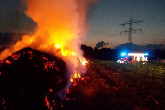 Feuerwehr muss mitten in der Nacht auf Feldern bei Denzlingen Strohballen löschen
