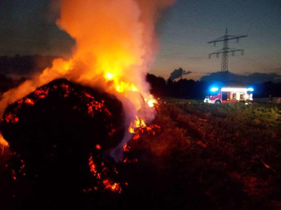 Unbekannte zündeten Strohballen bei Denzlingen an.    Foto: Feuerwehr Denzlingen