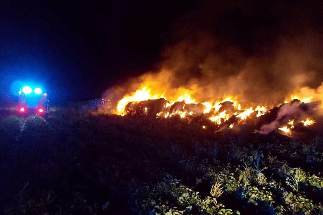 Mehr als 20 Strohballen brennen.    Foto: Feuerwehr Denzlingen