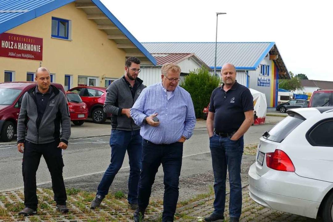 Sie beobachteten den Verladevorgang ge...irmenchefs Florian und Bernhard Hegar.  | Foto: Juliane Kühnemund