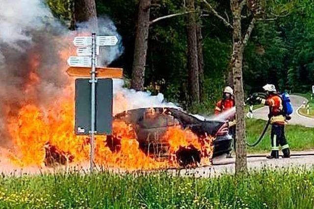 Beim Waldparkplatz geht ein Mercedes in Flammen auf