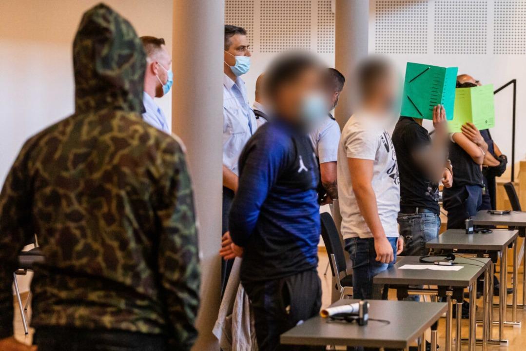 Die Angeklagten im Gerichtssaal  | Foto: Philipp von Ditfurth (dpa)