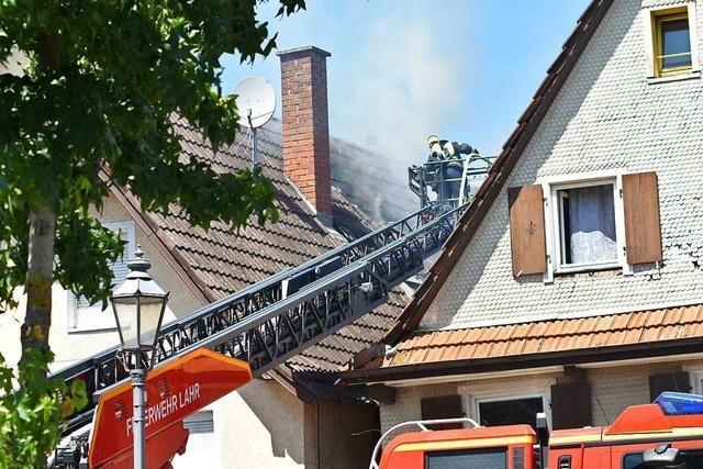 Im Ortskern von Friesenheim hat der Dachstuhl eines Wohnhauses gebrannt