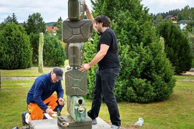 Künstler baut Skulptur aus Bundeswehr-Kanistern in Grafenhausen