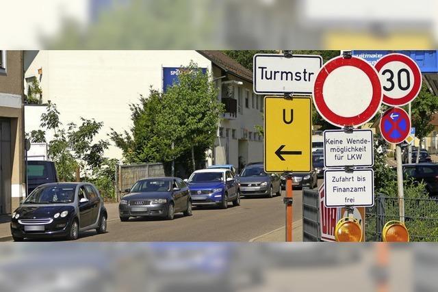Stau in der Lahrer Turmstraße wegen Bauarbeiten von Badenova
