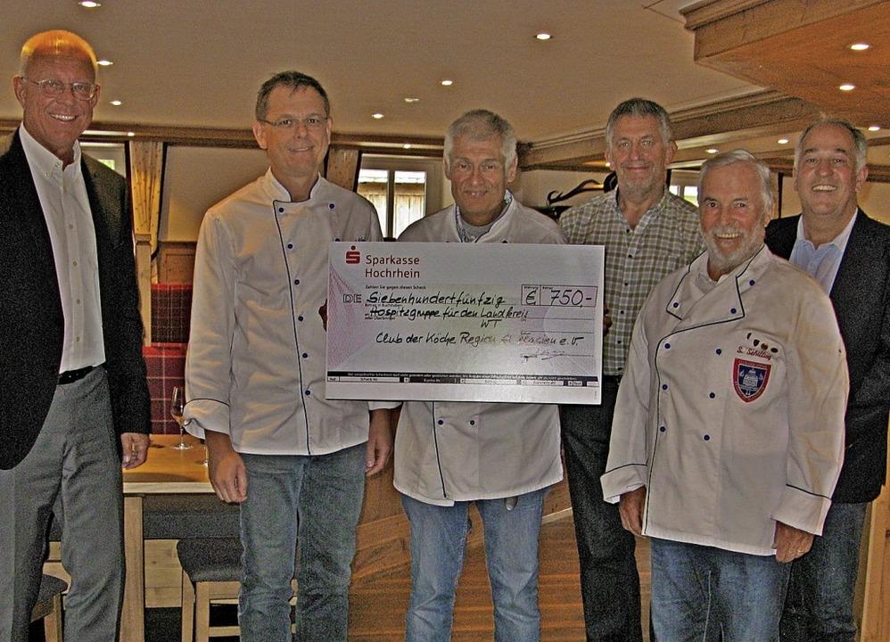 Mitglieder des Clubs der Köche übergeb...retern des Hospizvereins einen Spende.  | Foto: Ulrike Spiegelhalter