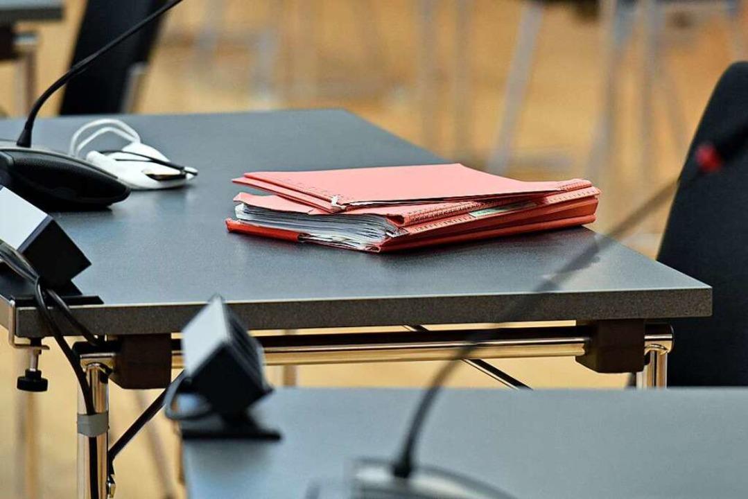 Ein Ordner liegt am Tag der Urteilsverkündung auf einem Tisch.    Foto: Michael Bamberger