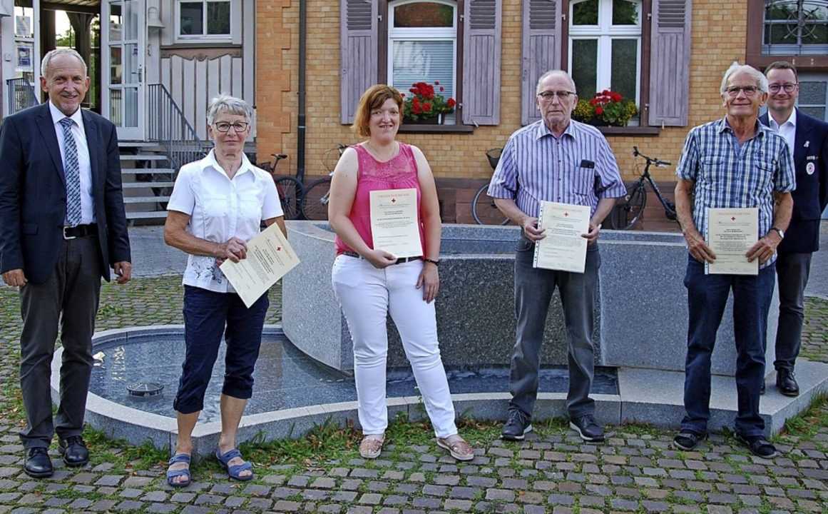 Bürgermeister Urban Singler (links) un...iner Rösch (125) und Albert Hug (50).   | Foto: Dorothea Scherle