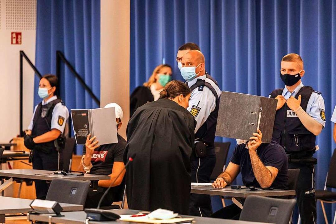 Einige der Angeklagten vor Prozessbegi...orona-Bedingungen im Paulussaal statt.    Foto: Philipp von Ditfurth (dpa)