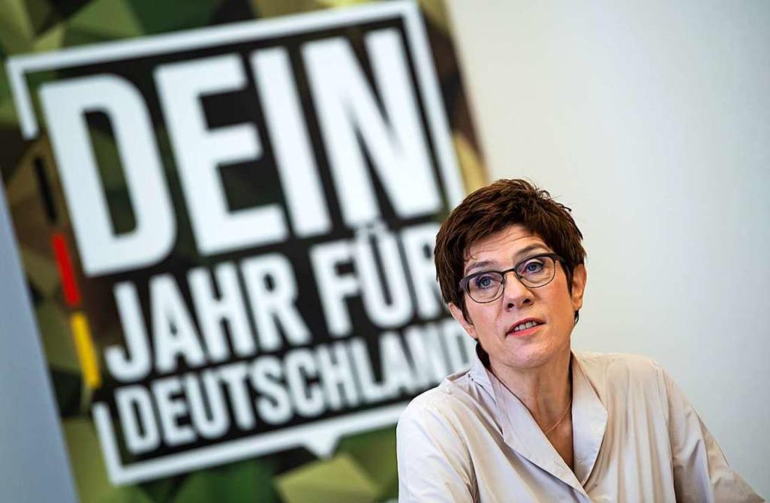 Bundesverteidigungsministerin Annegret... eines Bundeswehr-Freiwilligendienstes  | Foto: Bernd von Jutrczenka (dpa)