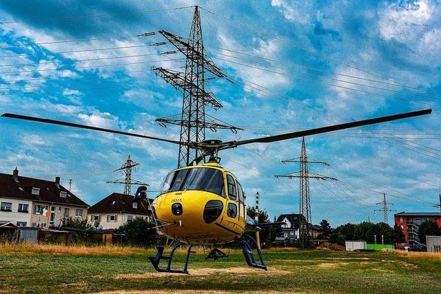 Wie Mitarbeiter von ED Netze Stromleitungen vom Hubschrauber aus kontrollieren