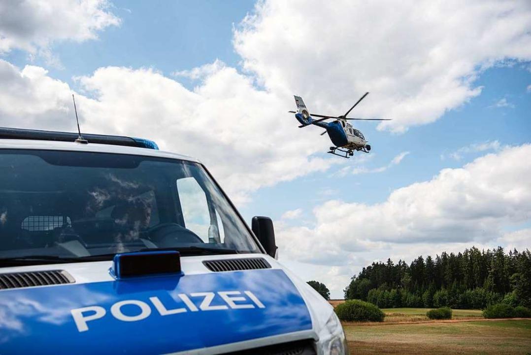 Auch ein Polizeihubschrauber kam bei d...h den Tätern zum Einsatz (Symbolfoto).    Foto: Nicolas Armer (dpa)