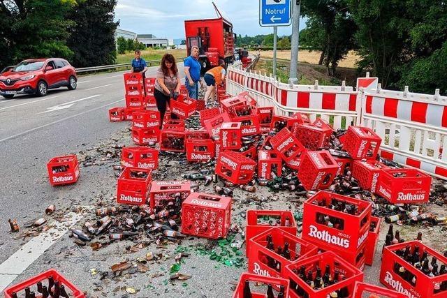 Biertransporter verliert Ladung am Hertener Loch bei Rheinfelden
