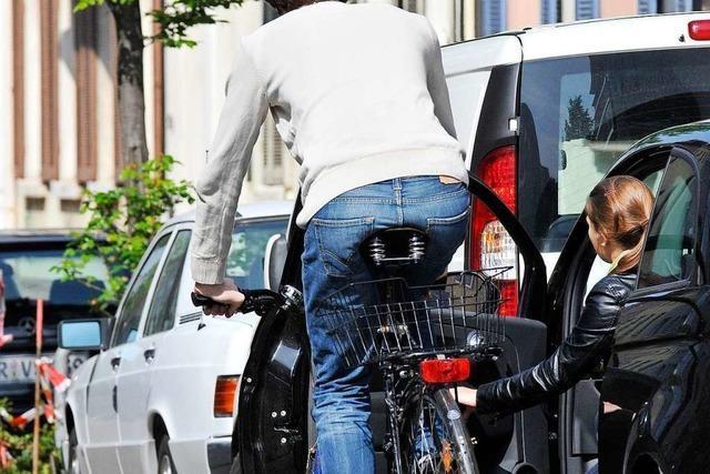 Radlerin muss Autotür in Freiburg-Betzenhausen ausweichen und verletzt sich