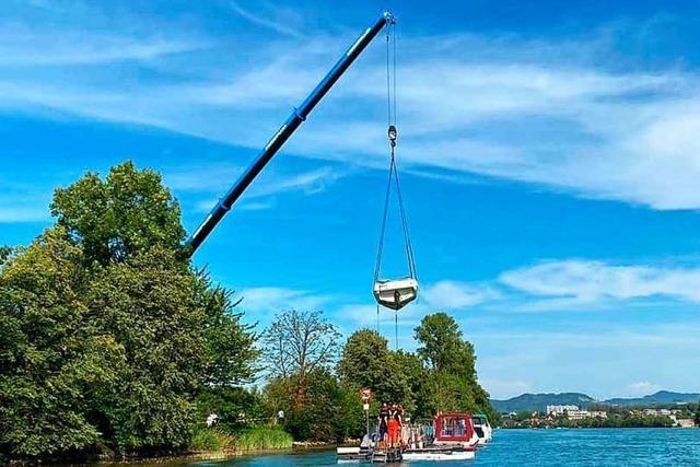 Feuerwehr birgt havariertes Sportboot aus dem Rhein bei Bad Säckingen