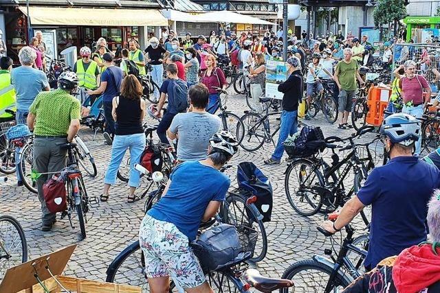 Viele Radfahrer nehmen an der Demo in Lörrach teil