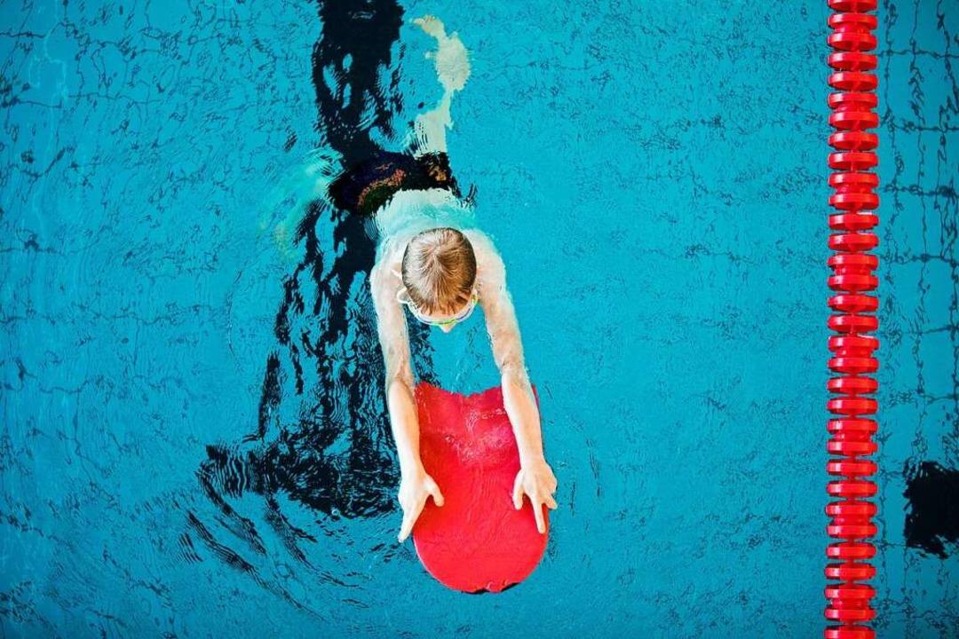 Auch Schwimmunterricht im Freibad (Symbolbild) ist Teil des Ferienprogramms.  | Foto: Rolf Vennenbernd (dpa)