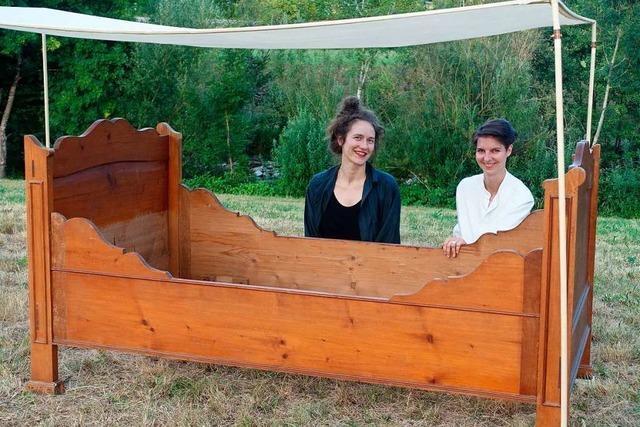 Kunstprojekt: In Hausen stehen alte Betten an der Wiese