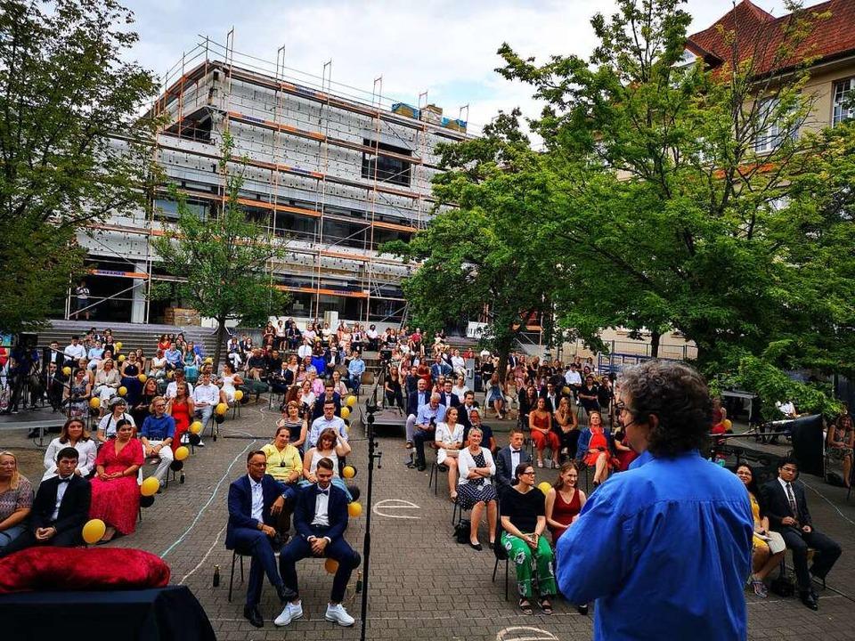 Während Schiller-Lehrer Alexander Neum...rträgt die Kamera links live ins Netz.    Foto: Ralf Burgmaier