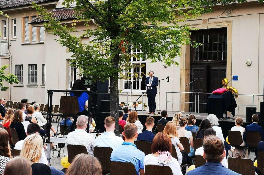 Auch die Rede von Schiller-Direktor Ma... Keller gab es per Livestream im Netz.    Foto: Ralf Burgmaier