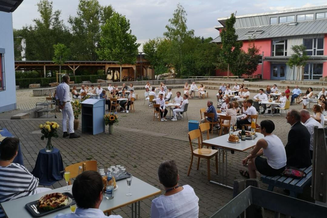 Open-Air-Zeugnisübergabe an der Waldorfschule    Foto: Ralf Burgmaier