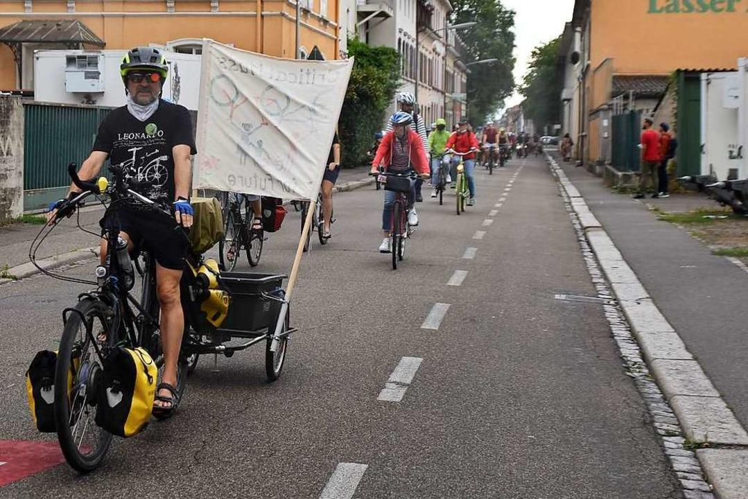 Normalerweise müssen sich Busse, Autos...Zur Demo hatten die Velos freie Fahrt.  | Foto: Maja Tolsdorf