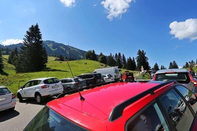 Demo gegen Verkehrsüberlastung in den Alpen: Anwohner blockieren Bundesstraße