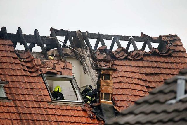 Ultraleichtflugzeug auf Wohnhaus gestürzt – drei Tote