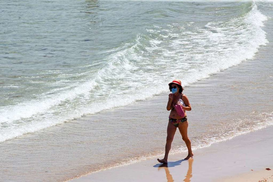 Mit Maske am Strand – Szenen wie... im Corona-Sommer 2020 häufiger geben.  | Foto: Carlos Castro (dpa)