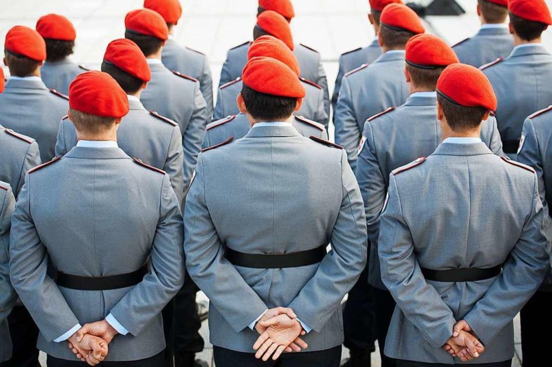 Bundeswehrsoldaten sind im Bendlerbloc...ihrem feierlichen Gelöbnis angetreten.  | Foto: Maurizio Gambarini (dpa)