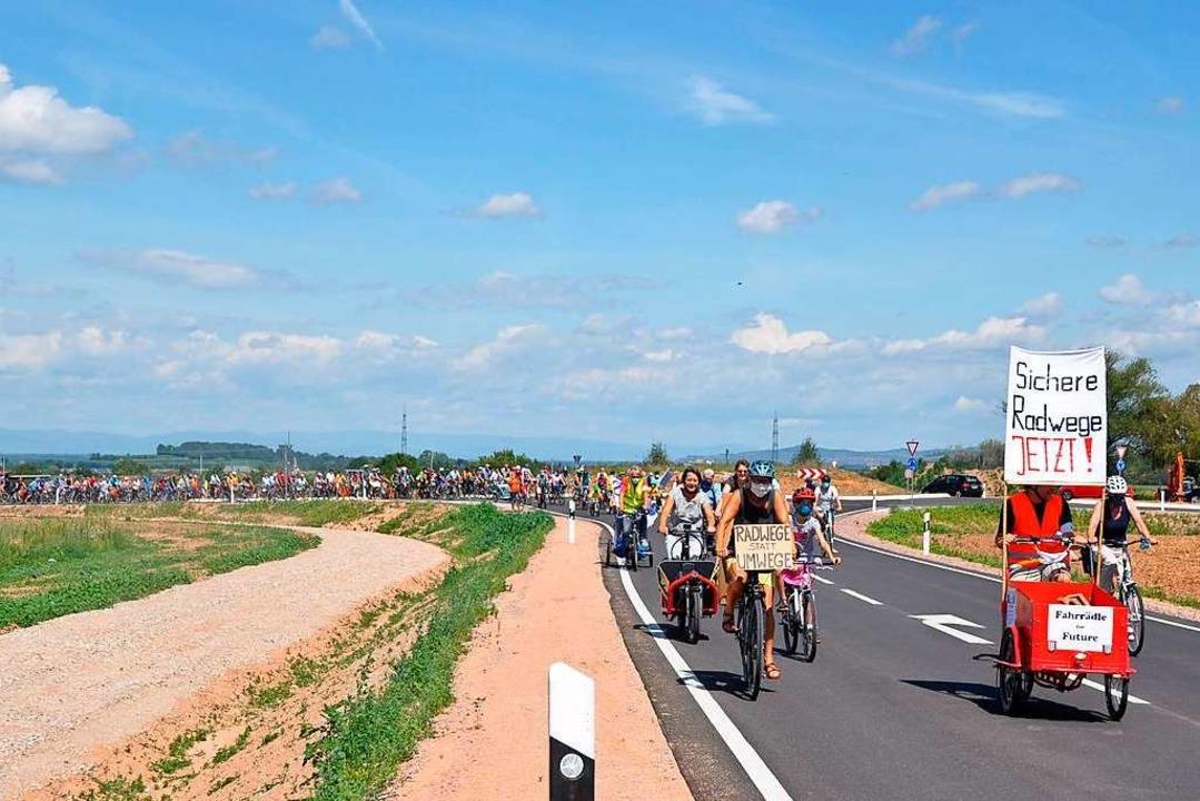 Fahrräder soweit das Auge reichte: Für...ranten die neue Umfahrung von Staufen.  | Foto: Rainer Ruther
