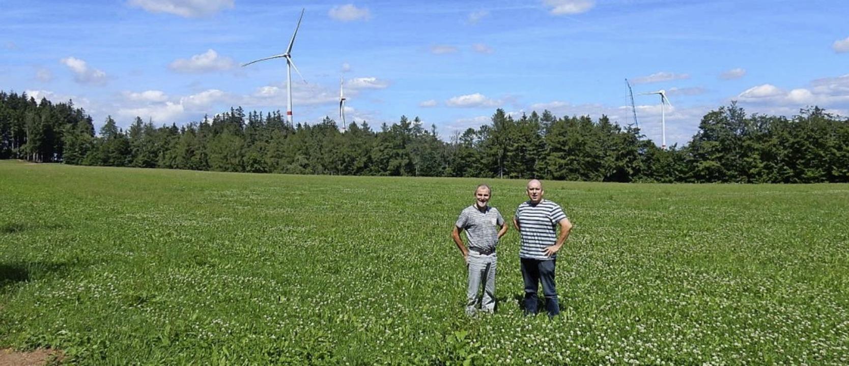 Die beiden Geschäftsführer der Bürgere...es Windparks Rotzel (im Hintergrund).   | Foto: Kurt Meier