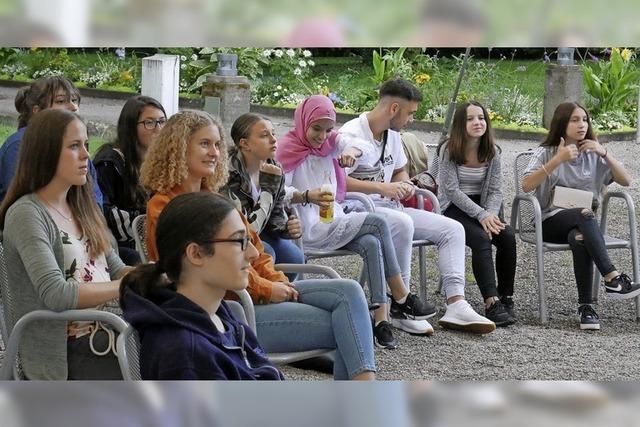 Jugendliche diskutieren munter mit